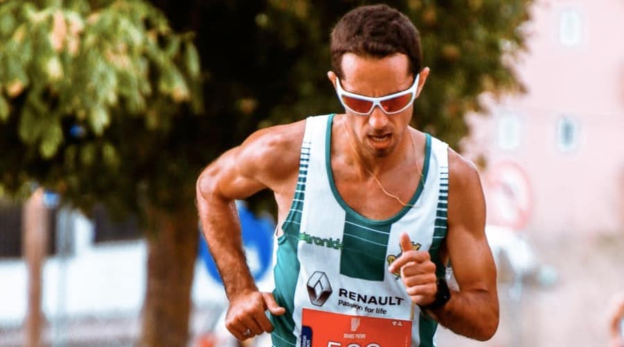 The picture shows a runner with glasses. Those glasses can be outfitted with the highest technology of progressive lenses. The Shamir attitude sport.
